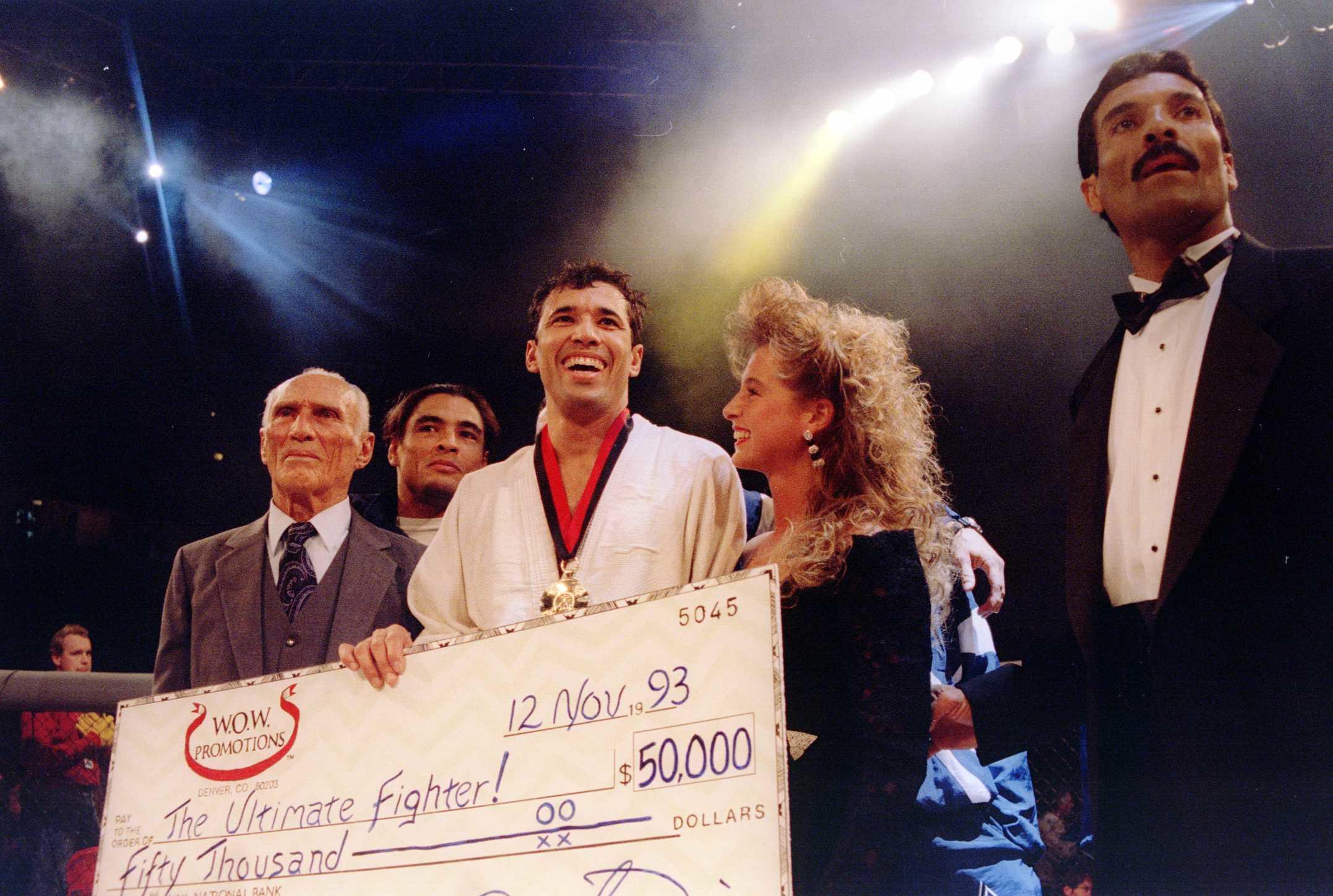 Royce Gracie recibe cheque de primer UFC  Markus Boesch. De Iesquiera a derecha. Helio Gracie, Rickson, Royce, y Rorion Gracie. Foto via  Markus Boesch